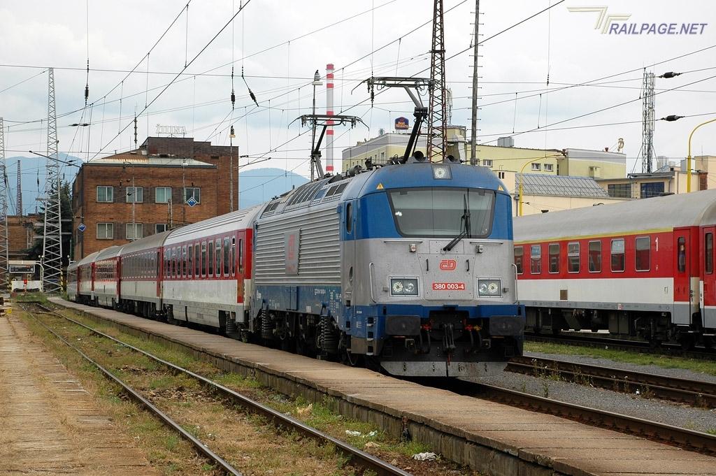 Zsolnán díszeleg a 122-es prágai expresszen a harmadik 380-as<br>(fotó: railpage.net)