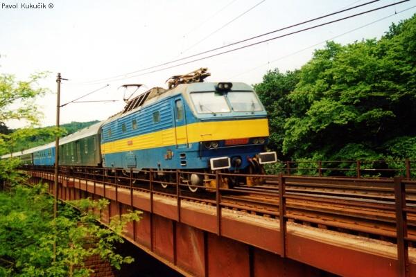 Ranný rýchlik metropol s es 499.0001 zachytený na bratislavskej